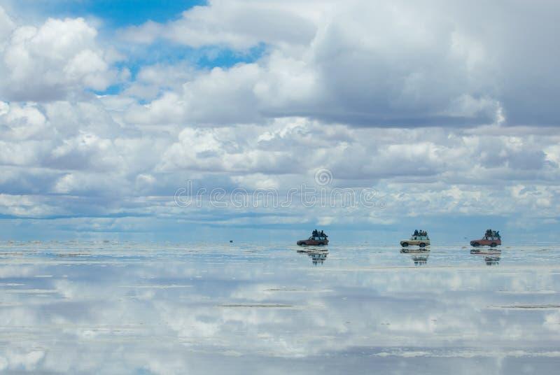 Jipes no lago de sal salar de uyuni, Bolívia imagem de stock royalty free