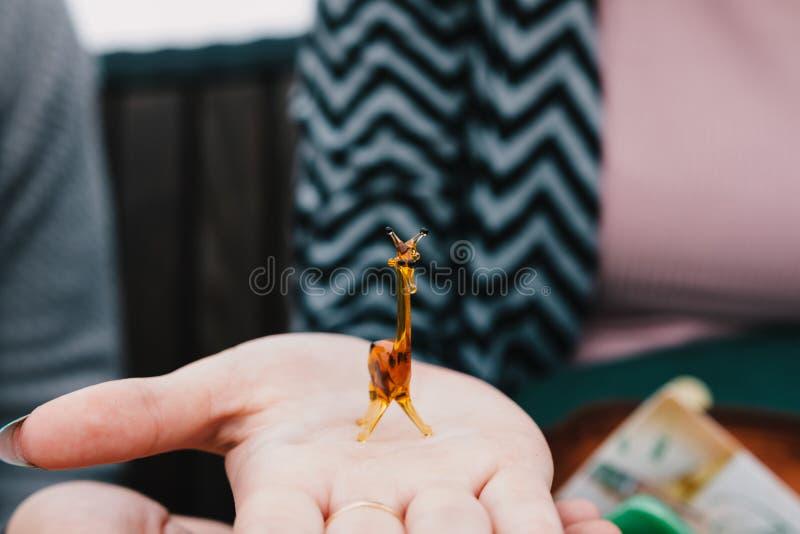 Jirafa del juguete hecha del vidrio a mano imágenes de archivo libres de regalías