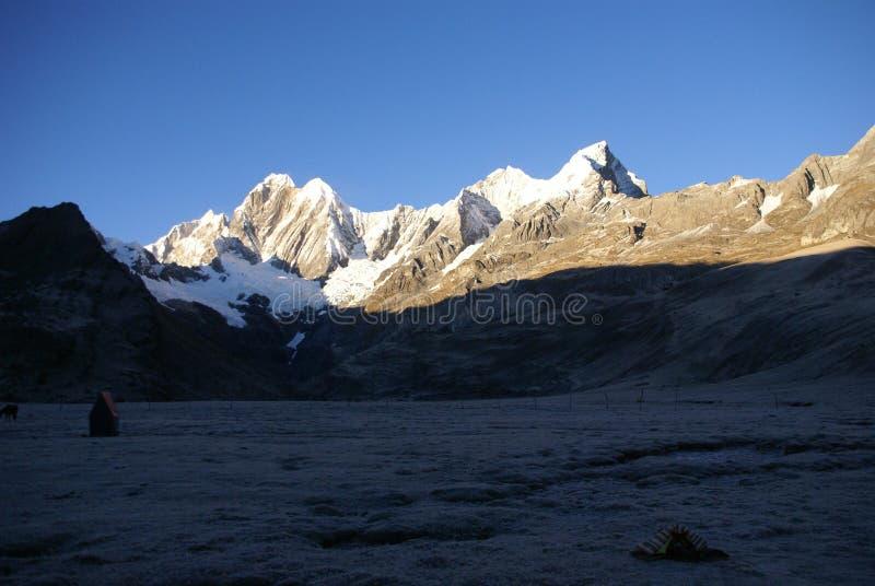 Jirishanca Berg in hohen Anden lizenzfreie stockfotos