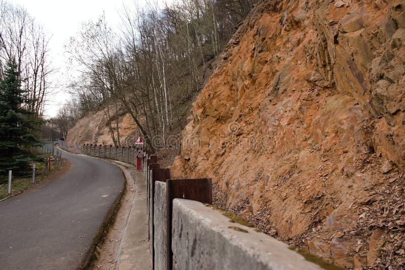 Jirkov, чехия - 4-ое апреля 2019: утес путем водя к запруде Jirkov стоковое изображение