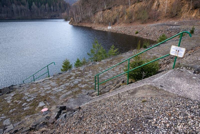 Jirkov, república checa - 4 de abril de 2019: Represa de Jirkov em montanhas do minério na noite da mola imagens de stock royalty free