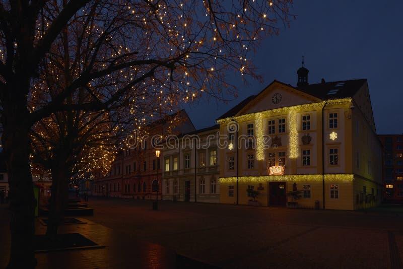 Jirkov, Tschechische Republik - 8. Dezember 2018: Lampe, Bäume und Häuser auf Dr. Emil Benes-Quadrat in der Weihnachtszeit lizenzfreies stockbild