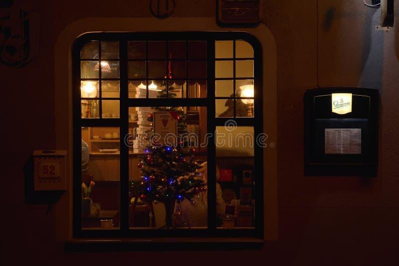 Jirkov, Tschechische Republik - 8. Dezember 2018: Pizzeriafenster in der historischen Mitte von Jirkov-Stadt in der Weihnachtszei lizenzfreie stockfotos