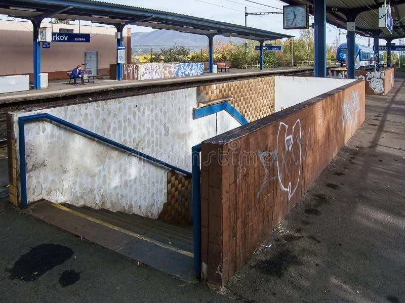Jirkov, Tschechische Republik - 22. Oktober 2019: Treppe im Bahnhof namens Jirkov zastavka stockfoto