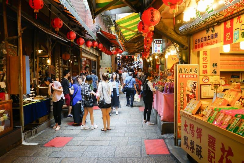 Jiufen Taiwan - April 23,2018: Okända turister som går i Jiufen den gamla gatan royaltyfri foto