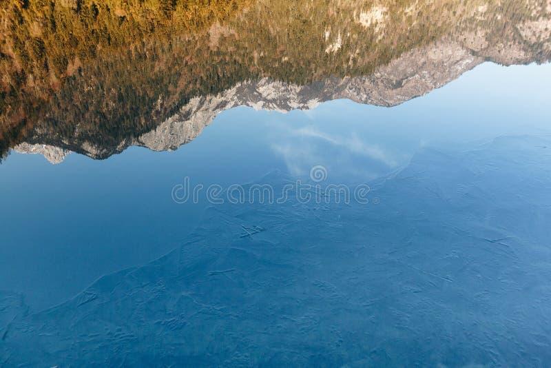 Jiuzhaigou Dolinny park narodowy Chiny, lodowata lustrzana rzeka fotografia stock
