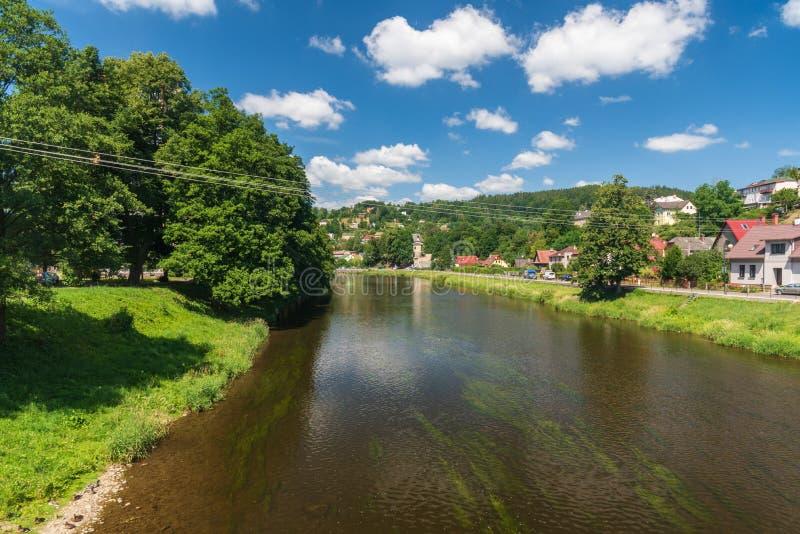 Jizera flod i den Zelezny Brod staden i Tjeckien fotografering för bildbyråer