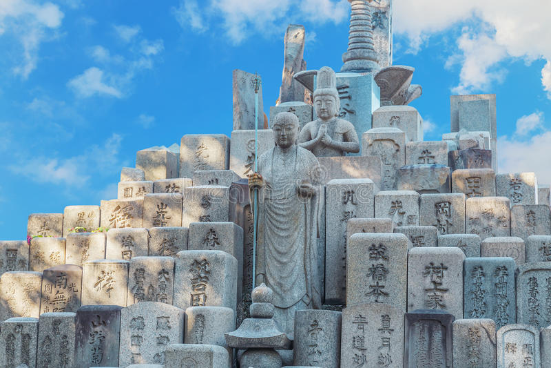 Jizo Bodhisattva op een Graf bij Shitennoji-Tempel in Osaka stock fotografie