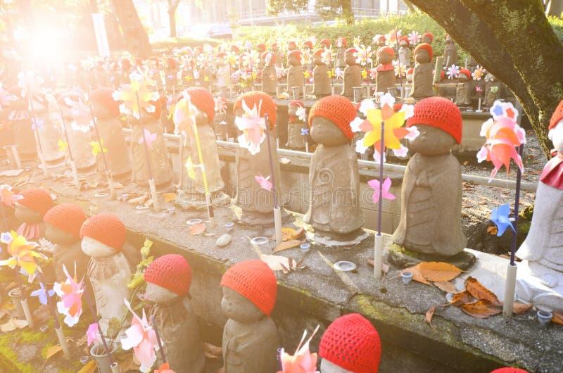 Jizo-estatuas en un cementerio del templo de Zojoji fotografía de archivo