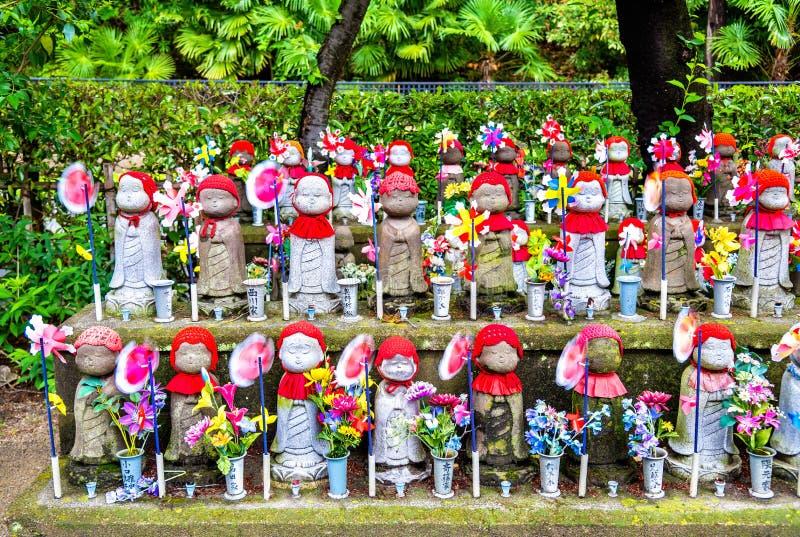 Jizo statyer på kyrkogården, Zojo-ji tempel, Tokyo arkivfoto
