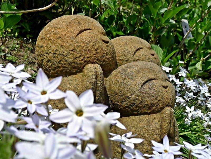 Jizo in tuin royalty-vrije stock afbeeldingen