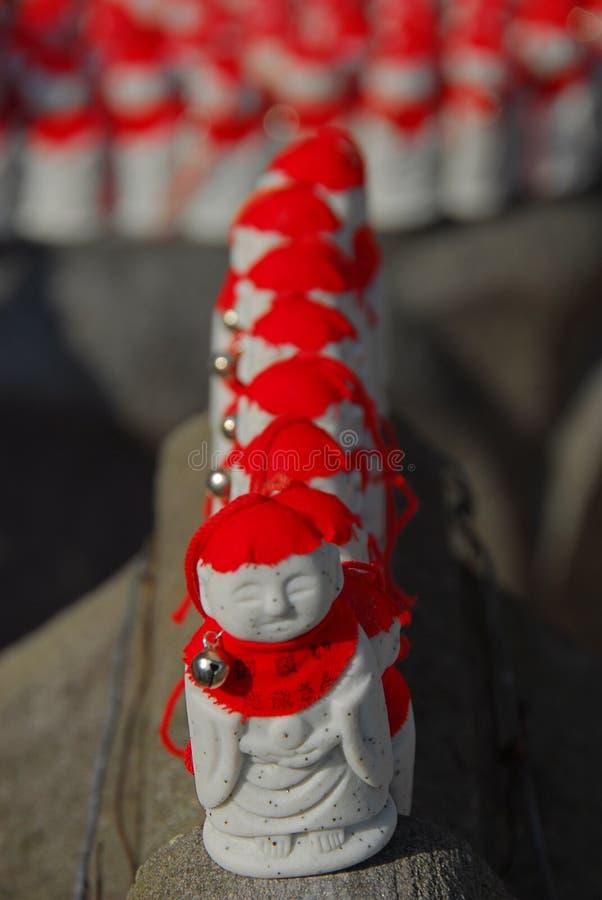 Jizo z czerwonymi kapeluszami wykłada up obraz stock