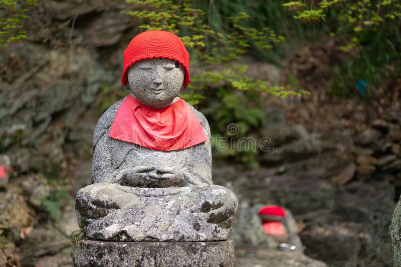Jizostandbeeld in Japanse begraafplaats royalty-vrije stock foto's