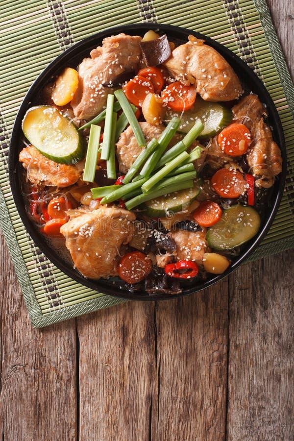 Jjimdak coréen de nourriture : Poulet cuit avec des légumes Verticale à photographie stock libre de droits