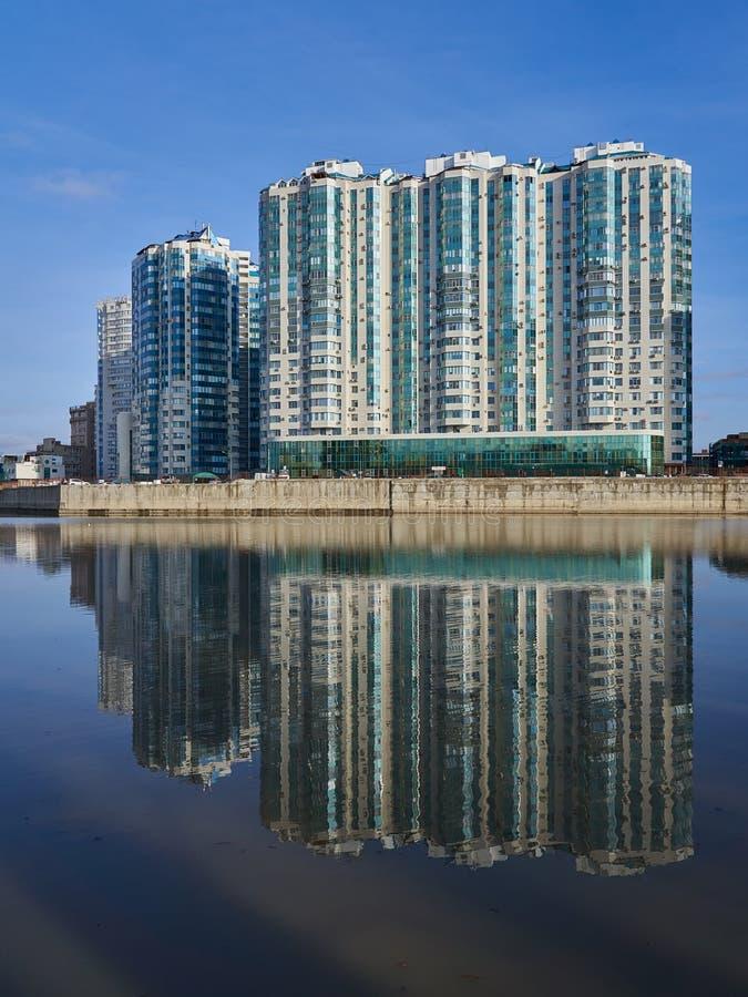 JK-Admiral Kubanskaya Naberezhnaya 37 Überraschende Ansicht vom Luxuswohn von den Wolkenkratzern komplex vom Park des Sieges lizenzfreie stockfotos