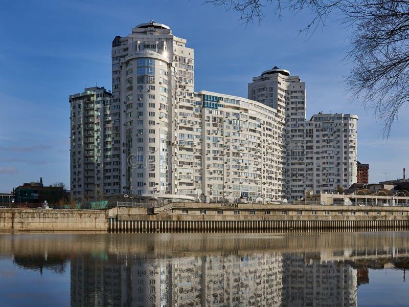 JK Brigantina Kubanskaya Naberezhnaya 31-1 Vista meravigliosa del complesso residenziale dei grattacieli del Business class immagini stock libere da diritti