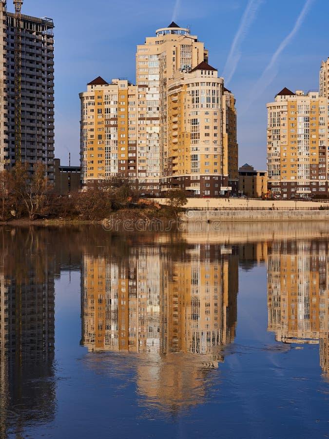 JK Evropeyskiy, Kozhevennaya - 24 Cudowny widok kompleks od Kuban rzeki w zimie w złotych godzinach domy fotografia royalty free