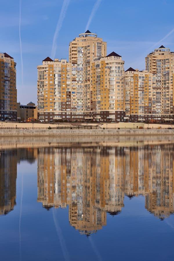 JK Evropeyskiy, Kozhevennaya - 26 Cudowny widok kompleks od Kuban rzeki w zimie w złotych godzinach domy zdjęcie royalty free