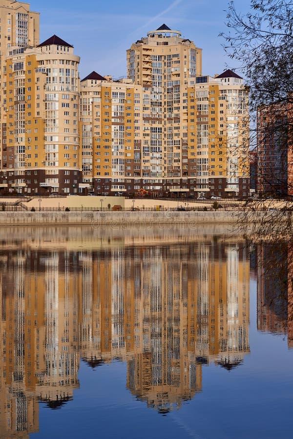 JK Evropeyskiy, Kozhevennaya - 28 Cudowny widok kompleks od Kuban rzeki w zimie w złotych godzinach domy zdjęcia royalty free