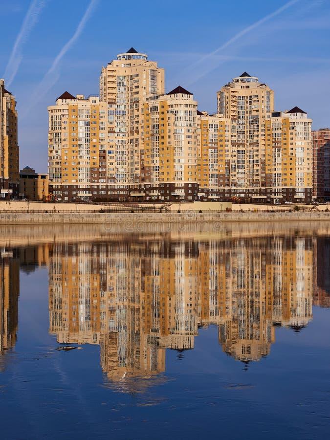 JK Evropeyskiy, Kozhevennaya - 26, 28 Cudowny widok kompleks od Kuban rzeki w zimie w złotych godzinach ho zdjęcie stock