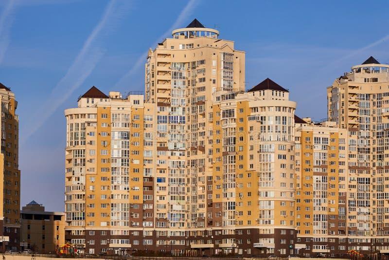 JK Evropeyskiy, Kozhevennaya - 26 Cudowny widok kompleks od Kuban rzeki w zimie w złotych godzinach W plecy zdjęcie stock