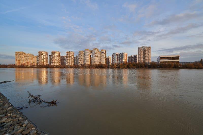 JK Novyj Gorod Vue stupéfiante d'automne du complexe des bâtiments résidentiels de classe d'affaires avec toute l'infrastructure images libres de droits