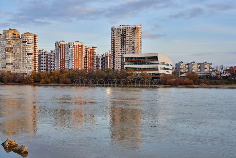 JK Novyj Gorod Wspaniały jesień widok kompleks budynki mieszkalni z wszystkie infrastrukturą Domy odbijają obrazy royalty free