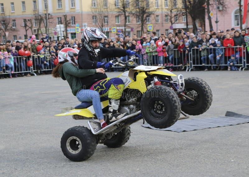 JOŠKAR-OLA, RUSSIA - 5 MAGGIO 2018: AutoMotoshow nel quadrato I trucchi sull'impennata, su Stoppie e su Akrobatyka di ATV StuntRi fotografie stock