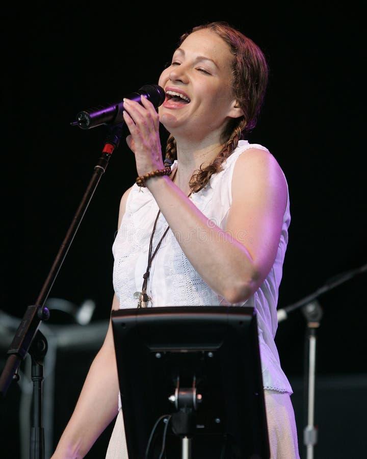 Joan Osbourne presteert in overleg stock foto