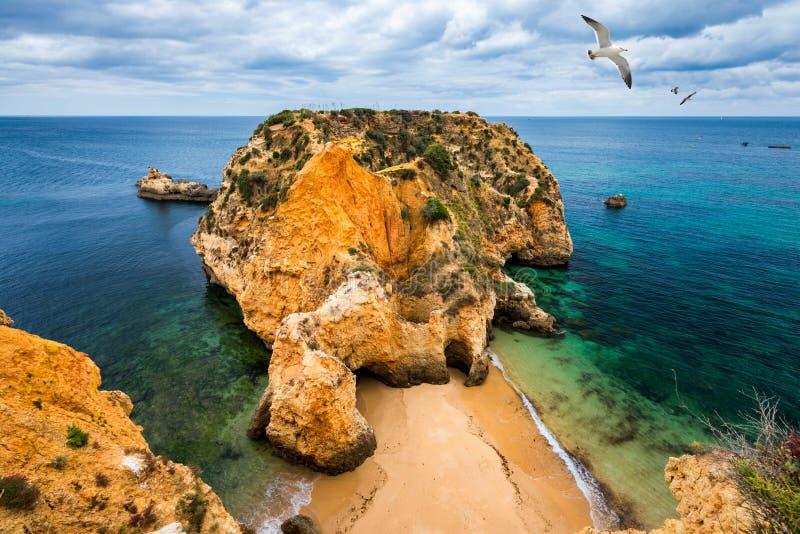 Joao de Arens strand (Praia João de Arens), Algarve, Portimao, Portugal Fjärrstrand, dold strand, Praia da Ponta Joao de Arens arkivfoton