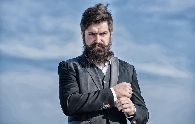 Job Promotion Hombre de negocios contra el cielo ?xito futuro Manera formal Inconformista cauc?sico brutal con el bigote maduro fotos de archivo libres de regalías