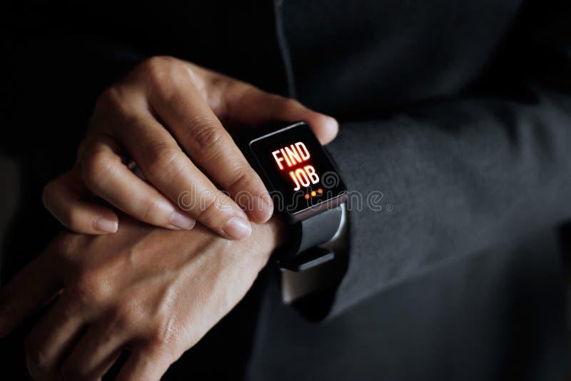 Jobb för fynd för affärsmanpressknapp på den smarta klockan arkivfoton