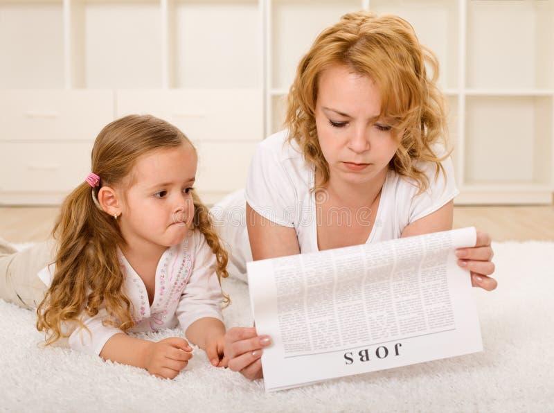 jobb som ser enkelt barn för moder arkivbilder
