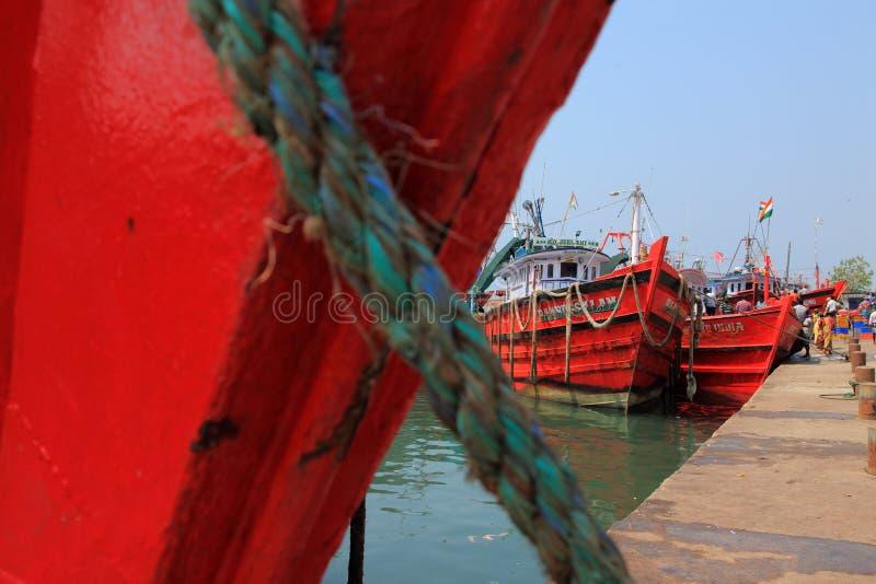 Jobbare lastar av fisken från fartygen royaltyfri fotografi