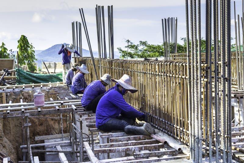 Jobbare som arbetar på konstruktionen arkivfoto