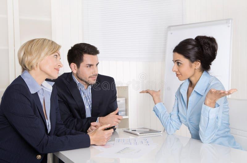 Jobbintervju eller affärsmöte: man- och kvinnasammanträde på arkivfoton