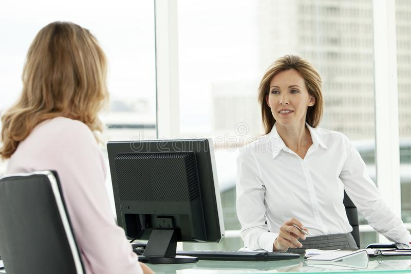 Jobbintervju för företags affär med den utövande kvinnan arkivbild