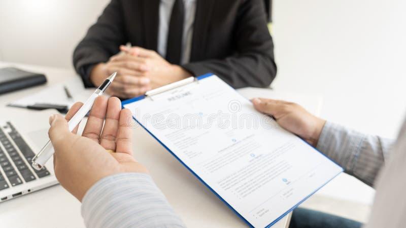 Jobbintervju och hyra den begrepps-, tidsbest?llningskandidataff?rsmannen som f?rklarar om hans profil, och svar till personalres royaltyfri fotografi