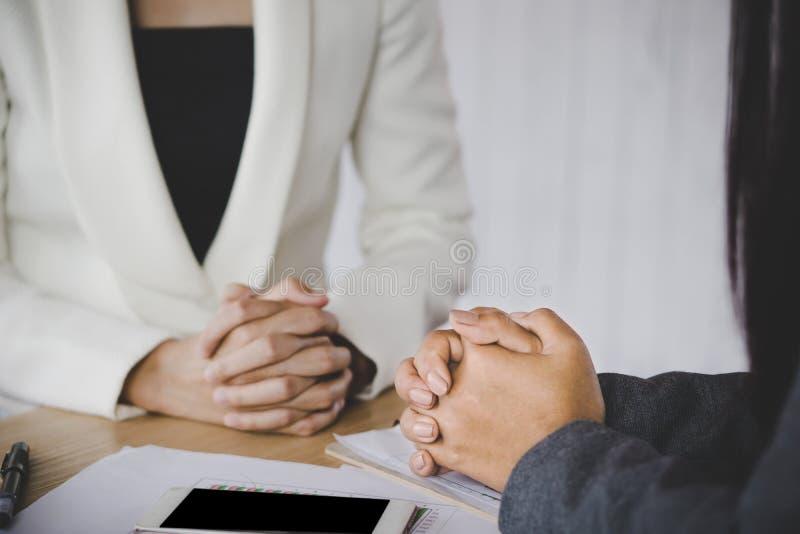 Jobbintervju och hyrabegrepp med kvinnligtimme-chefen som lyssnar till kandidaten fotografering för bildbyråer