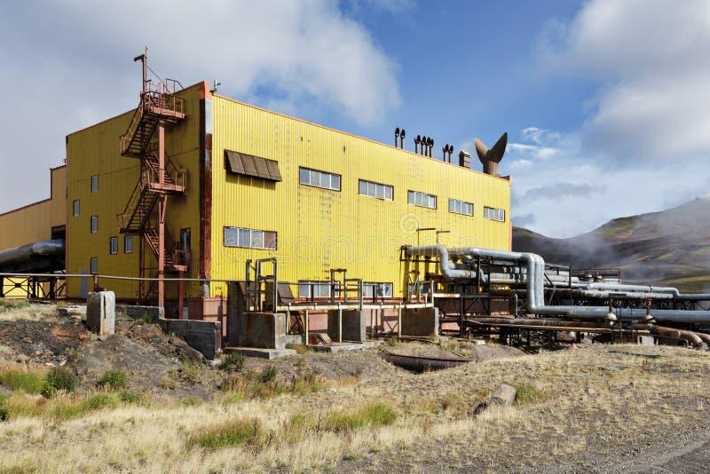 Jobbkort och pumpastation av Mutnovskaya den geotermiska kraftverket Ryska Far East, Kamchatka halvö arkivfoton