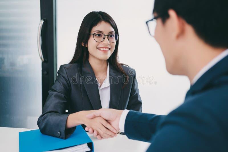 Jobbsökande som har intervju Handskakning medan intervjua för jobb arkivbild