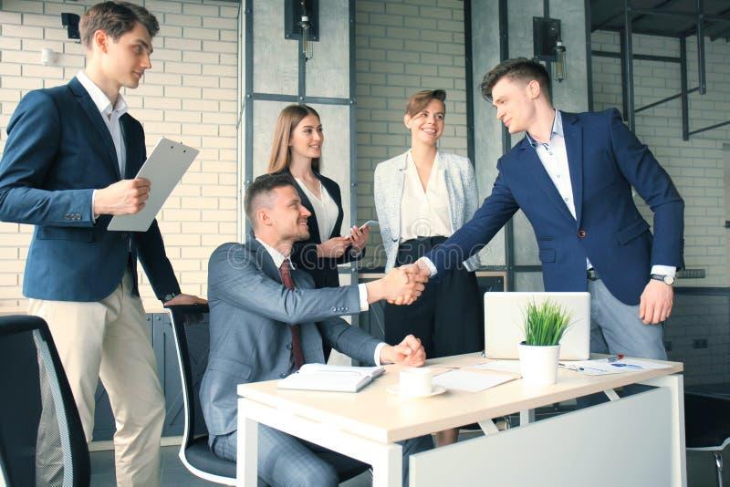 Jobbsökande som har intervju Handskakning medan intervjua för jobb royaltyfria foton
