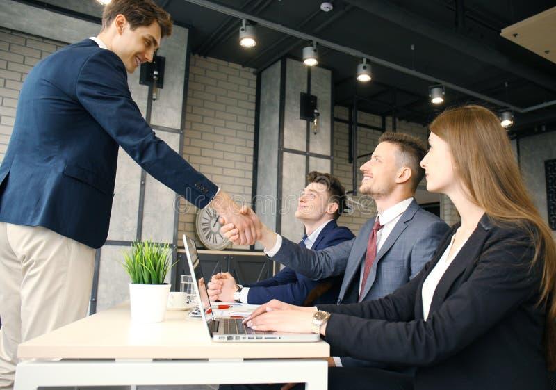 Jobbsökande som har intervju Handskakning medan intervjua för jobb royaltyfri foto