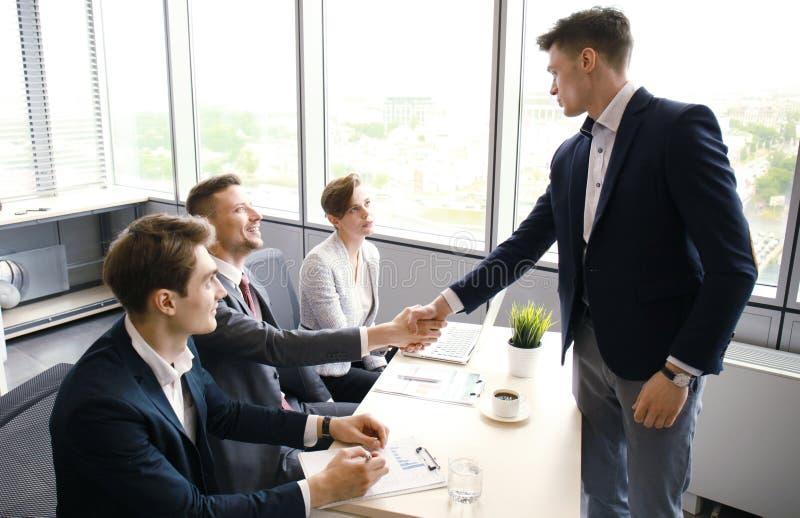 Jobbsökande som har intervju Handskakning medan intervjua för jobb royaltyfri fotografi