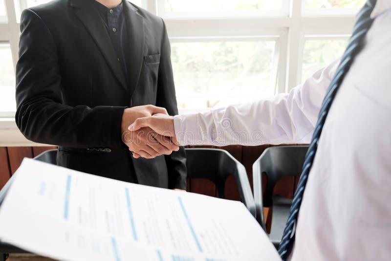 Jobbsökande som har intervju Interviewi för handskakningframgångjobb arkivbilder