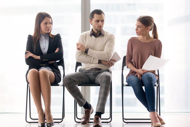 Jobbsökare konkurrerar för positions-, rivalitet- och konkurrensbetwee royaltyfria bilder