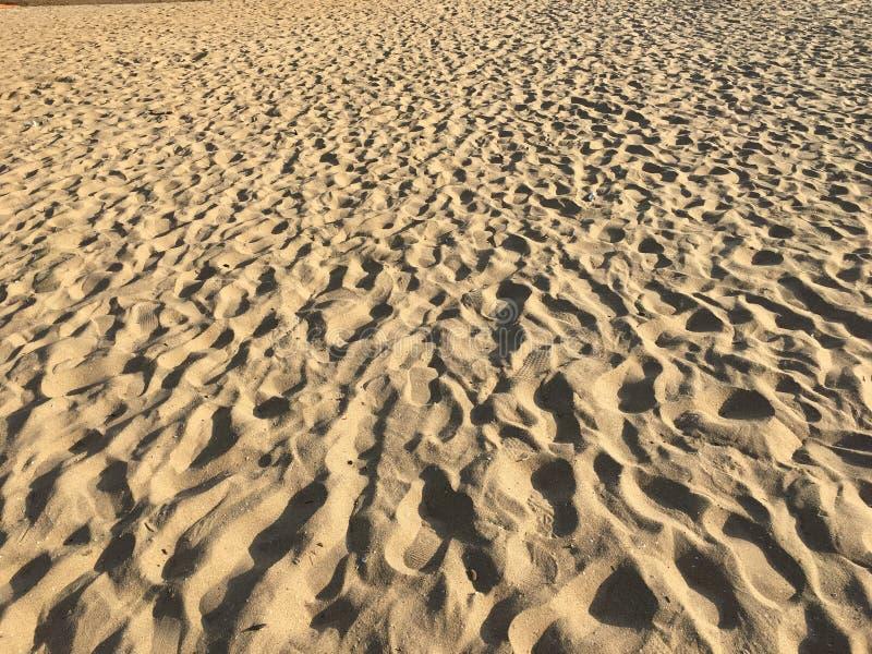 Jobstepps auf dem Sand stockbilder