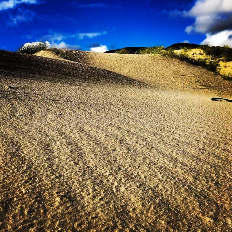 Jobstepps im Sand, der zum Horizont ausdehnt Wolken Wellenmuster im Sand stockfotos