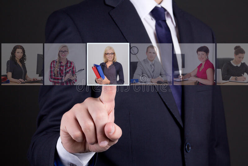 Jobsuchekonzept - Geschäftsmanndrücken eingebildete Knöpfe w stockbild