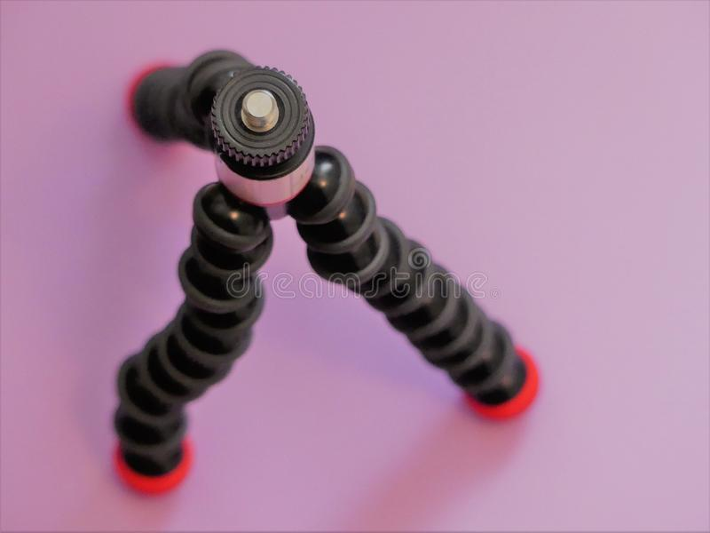 Joby GorillaPod μαγνητικά 325 ένα συμπαγές, εύκαμπτο τρίποδο με τα μαγνητικά πόδια σε ένα ρόδινο υπόβαθρο στοκ εικόνες με δικαίωμα ελεύθερης χρήσης